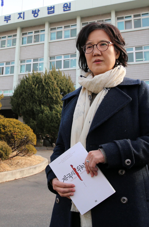 '자발적 위안부' 논쟁을 일으켰던 박유하 교수가 지난 7일 무죄 판결을 받은 서울동부지원 앞에서 인터뷰를 가졌다. 박 교수는 논란의 불씨가 된 자신의 저서 '제국의 위안부'에 대해 설명하고 있다. [사진 조문규 기자]
