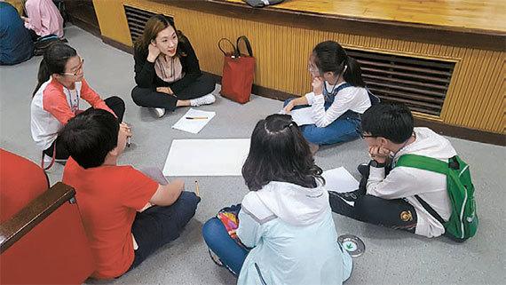 조성택 교수가 실무를 맡은 '함께하는 경청'은 상대방 말에 귀를 기울이는 시민 프로그램을 운영한다. 사진은 지난해 실시한 초등학생 워크숍.