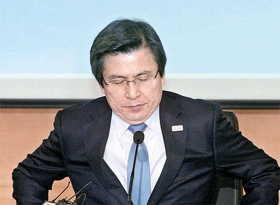 황교안 대통령권한대행이 27일 특검 연장을 거부했다. [사진 장진영 기자]