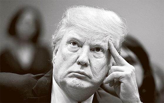 도널드 트럼프 미국 대통령은 한·미 FTA를 비난했지만 근거는 약하다. 13일(현지시간) 트럼프가 회의에서 뚱한 표정을 짓고 있다. [로이터=뉴스1]