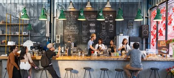 여기는 뉴욕 브루클린도 서울 성수동도 아니다. 베트남의 고산 휴양지 달랏에 있는 카페 '라비엣 커피'다. 이 카페는 방문객들이 인근 커피 농장을 찾아 커피 제조 공정을 체험하는 일일 프로그램을 운영한다.