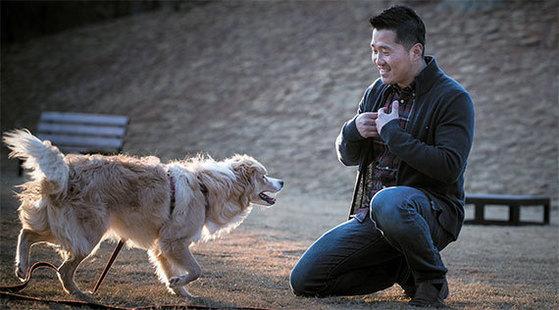"""반려견을 키우는 것은 서로 마음을 나누는 일이다. 강형욱씨가 다른 보호자가 맡긴 보더콜리 강아지와 즐겁게 놀고 있다. 그는 """"훈련이란 말을 싫어한다. 놀아주는 게 곧 교육이다""""고 했다. [사진 권혁재 사진전문기자]"""