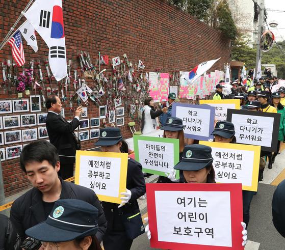 삼릉초등학교 녹색어머니회 회원들이20일 오전 박 전 대통령 자택 앞에서학생 안전 등을 요구하며 행진하고 있다. 우상조 기자