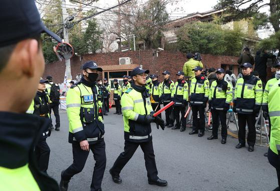 박근혜 전 대통령 검찰 출석을 하루 앞둔 20일 오전 서울 삼성동 박근혜 전 대통령 자택 주변에서 경찰들이 분주히 움직이고 있다. 우상조 기자