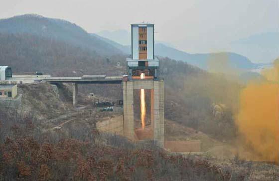 북한이 지난 18일 서해위성발사장에서 실시한 신형 고출력 로켓엔진 지상분출시험. [사진 노동신문]