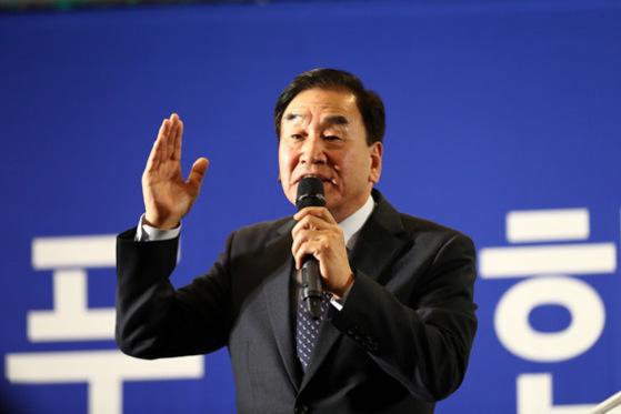늘푸른한국당 창당대회 사진설명 늘푸른한국당 창당대회가 지난달 11일 오후 서울 세종문화회관 세종홀에서 열렸다. 공동대표로 선출된 이재오 전 의원이 수락연설을 하고 있다