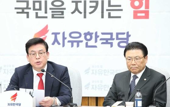 정우택 자유한국당 원내대표(오른쪽).                    오종택 기자
