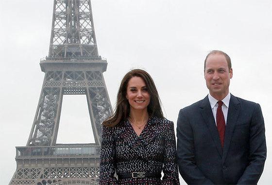 프랑스 파리를 첫 공식 방문한 영국의 윌리엄 왕세손(오른쪽)과 케이트 미들턴 왕세손비 내외가 18일 에펠탑 앞에서 기념촬영했다. 케이트 미들턴은 이날 프랑스의 대표 브랜드인 샤넬과 카르티에로 치장했다. [AP=뉴시스]
