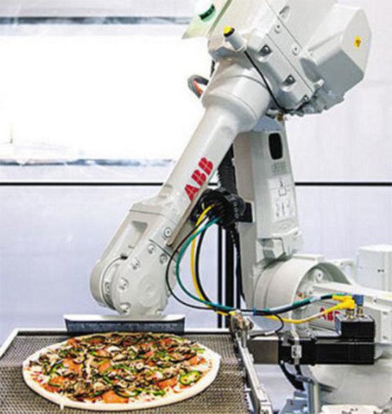 줌 피자에서는 인간 종업원이 도우에 토핑을 얹고 나면 로봇 '브루노'가 오븐에 넣는다. [사진 줌 피자]