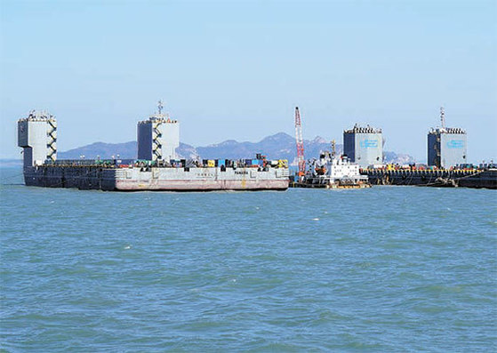 전남 진도군 팽목항 인근 사고 해역에서 세월호에 설치된 리프팅 빔과 재킹 바지선을 쇠줄로 연결하는 작업이 진행되고 있다. [사진 해양수산부]
