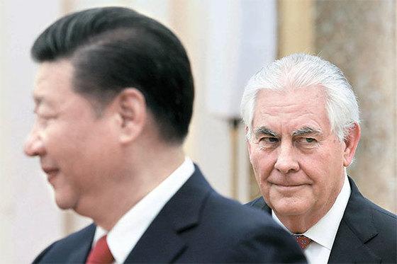 """시진핑 중국 국가주석(왼쪽)이 19일 베이징 인민대회당에서 렉스 틸러슨 미국 국무장관과 만났다. 시 주석은 이 자리에서 """"서로의 관심사를 존중한 협력만이 미·중 양국의 현명한 선택""""이라고 밝혔다. [로이터=뉴스1]"""