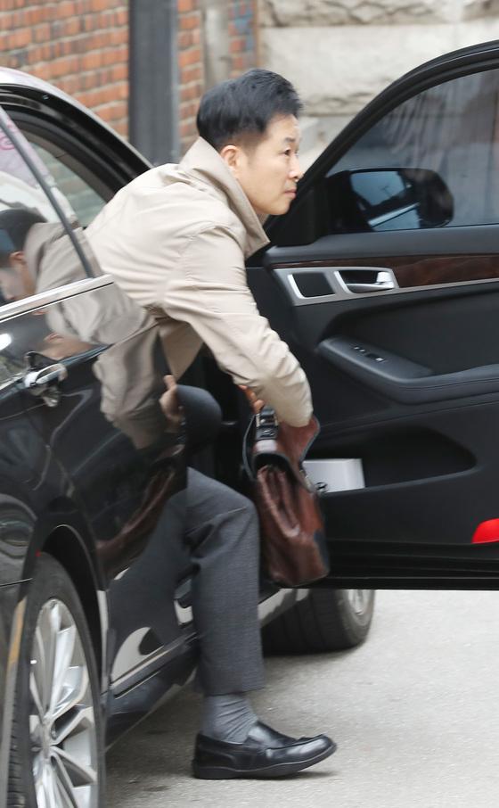20일 서울 삼성동 박근혜 전 대통령 자택을 찾은 유영하 변호사가 차에서 내리고 있다. 우상조 기자