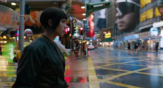 '공각기동대:고스트 인 더 쉘' 한 장면. 마이클 피트, 줄리엣 비노쉬 등이 출연한다. [사진 롯데엔터테인먼트]