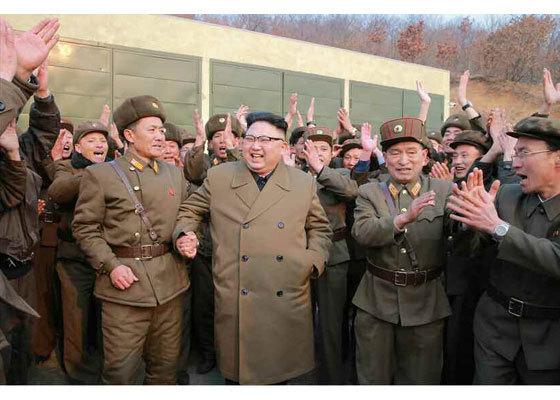 북한 노동당 기관지 노동신문이 지난 19일 공개한 김정은의 사진. 어부바 사진 대신 관계자의 손을 꼭 쥔 사진을 게재했다.