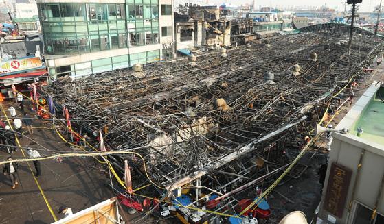 지난 18일 발생한 화재로 인천시 소래포구 어시장이 전소돼 골격만 남은 채 주저앉았다. [사진 장진영 기자]