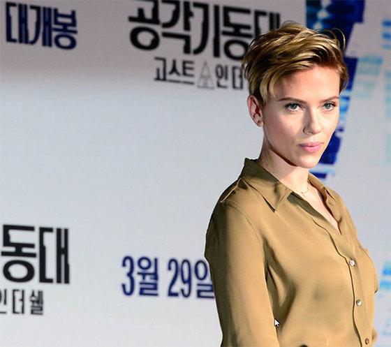 """17일 서울 삼성동에서 열린 영화 '공각기동대' 기자간담회에 참석한 요한슨은 """"영화에 나오는 투명 수트를 입으면 하고 싶은 일""""을 묻자 """"청와대에 들어가서 탄핵 관련 정보를 빼오겠다""""고 답했다. [뉴시스]"""