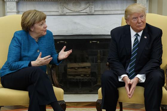 메르켈 총리는 트럼프 대통령을 향해 몸을 돌렸으나, 트럼프 대통령은 무심한 듯 양손을 내리고 시선을 회피하고 있다. [AP=뉴시스]