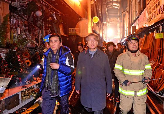 지난해 11월 30일 화재가 발생한 대구 서문시장을 찾은 문재인 전 민주당 대표. [프리랜서 공정식]