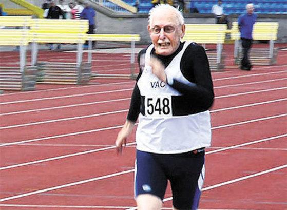 영국에서 열린 한 달리기 대회에 참가한 어그스터.