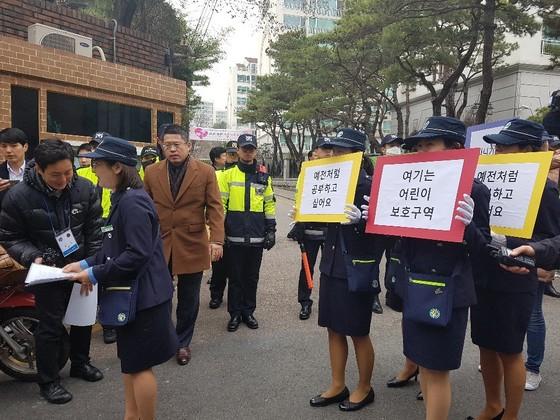 피켓을 들고 박 전 대통령 자택 앞을 행진중인 녹색 어머니회. 여성국 기자
