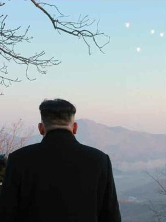 북한은 김정은 시대 들어 최고지도자의 뒷모습도 사진 정치의 새로운 앵글로 활용하기 시작했다. [노동신문 캡처]