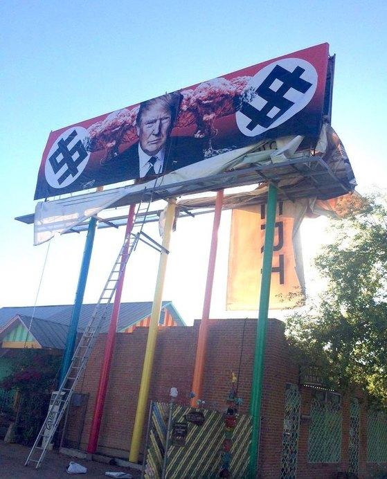 애리조나주 피닉스에 설치된 트럼프 비판 광고판. [카렌 피오리토 트위터]