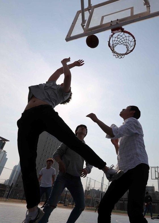 포근한 봄 날씨 속에 운동에 한창인 대학생들. 암을 예방할 수 있다고 보는 국민은 10년 전보다 늘었지만 꾸준히 운동을 실천한다는 비율은 되레 줄었다. 김상선 기자