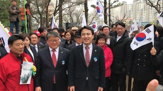 20일 경북 구미시 상모동 박정희 대통령 생가에서 김진태 의원이 지지자들과 함께 생가 안을 걷고 있다. 구미=김정석 기자