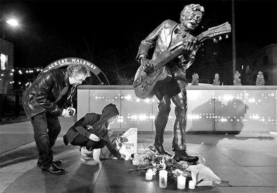로큰롤 장르의 기반을 다진 척 베리는 미국 대중음악의 전설이었고, 많은 후배 뮤지션에게 귀감이 됐다. 베리의 고향인 미국 세인트루이스에 세워진 그의 동상 앞에서 시민들이 추모하고 있다. [AP=뉴시스]