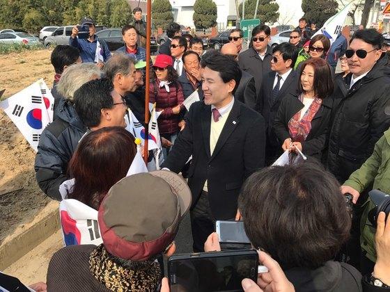20일 경북 성주군 선남면 신부리를 찾은 김진태 자유한국당 의원이 지지자들과 인사하고 있다. 성주=김정석 기자