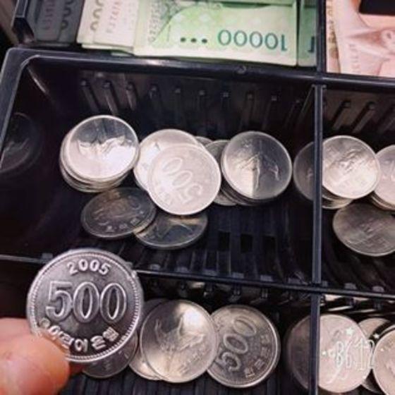 '어린이은행'이라고 적힌 가짜 동전