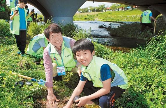 하림은 사회공헌 활동의 일환으로 부모와 자녀가 함께하는 '피오봉사단'을 운영하고 있다. 사진은 지난해 4월 전북 정읍천에서 창포 식재활동 중인 봉사단.
