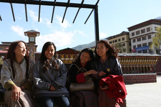 부탄 수도 팀푸 시계탑에서 만난 네 소녀. 왼쪽부터 남겔 라마, 텐데이 양촘, 페마 라덴, 삼펠마 양게. 대입을 앞두고 있지만 근심 없는 표정이다.