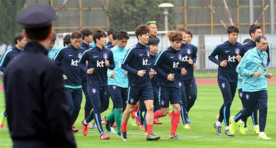 20일 중국 창사에 도착해 훈련 중인 한국 축구대표팀을 중국 공안이 지켜보고 있다. [창사=뉴시스]