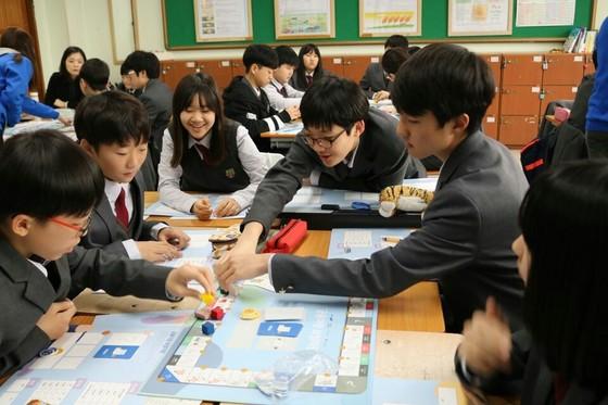 지난 20일 구리 장자중학교에서 열린 '2017 중학생 인성 & 금융교실'에 참석한 학생들. [사진 위스타트]