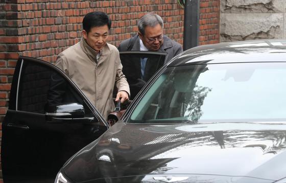 유영하(왼쪽)·정장현 변호사가 20일 오후 박근혜 전 대통령의 삼성동 자택을 떠나고 있다. [사진 김춘식 기자]