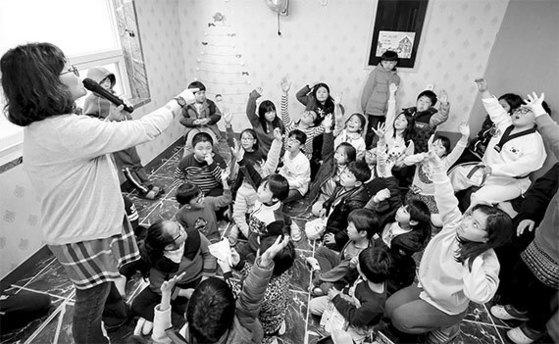 지난 16일 전남 영암 다사랑지역아동센터 학생들이 질문에 답하기 위해 손을 들고 있다. [프리랜서 장정필]