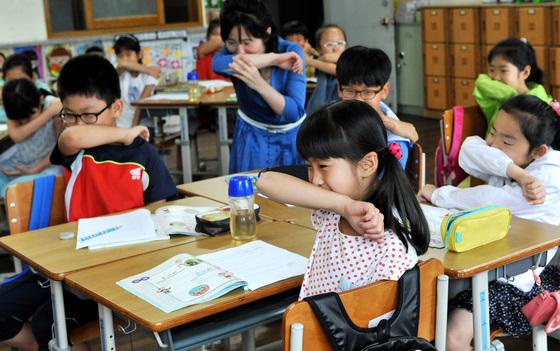 중동호흡기증후군(메르스) 예방법 배우는 초등학생들. [중앙포토]