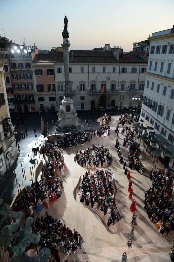 발렌티노의 2015 가을겨울 오트 쿠튀르 컬렉션이 열렸던 로마 미냐넬리 광장의 당시 모습.