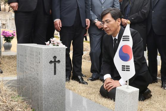 안희정 후보는 이날 서울 4·19 민주묘지를 참배하고 방명록에 '민주혁명 정신으로 국가 대통합'이라고 썼다. [사진 전민규 기자]