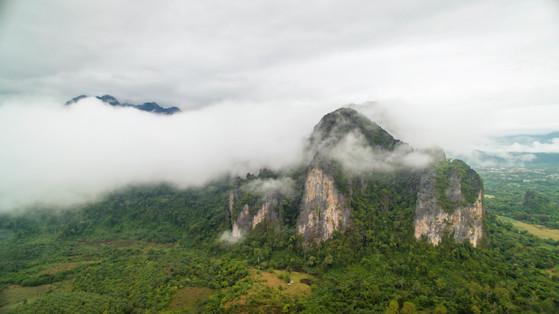 라오스 방비엥의 유명한 카르스트 산.