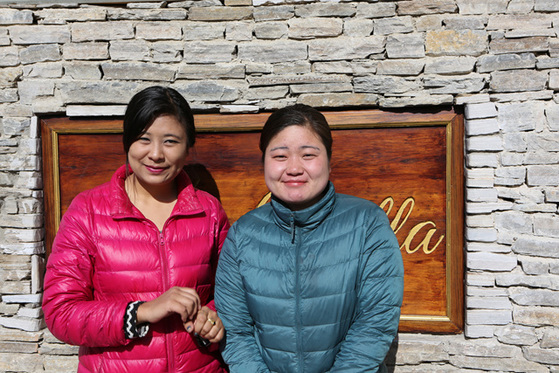 수도 팀푸의 한 호텔에서 만난 샹게 하든(왼쪽)과 예시 하든. 히말라야 설산을 닮은 강인한 여성들이었다.