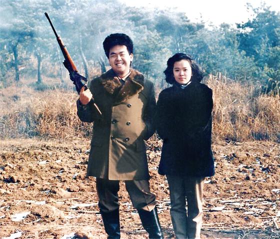 19세 때인 1990년 사촌누나인 이남옥(성혜랑의 딸)과 사냥을 나간김정남. [사진캡쳐·미국의소리 방송]
