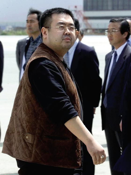 2001년 일본 나리타 공항에서 추방당하는 김정남. [중앙포토]