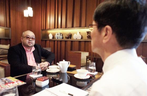 2011년 1월 마카오의 호텔 카페에서 김정남과 만난 고미 요지 편집위원(오른쪽). [사진제공·고미 요지]