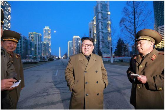 김정은 북한 노동당 위원장이 완공을 앞둔 평양시 대성구역에 있는 여명거리를 현지지도하고 있다. [사진 노동신문]
