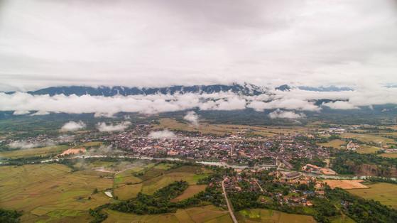 작지만 아름다운 라오스 방비엥. 마을 가운데로 쏭강이 흐른다.