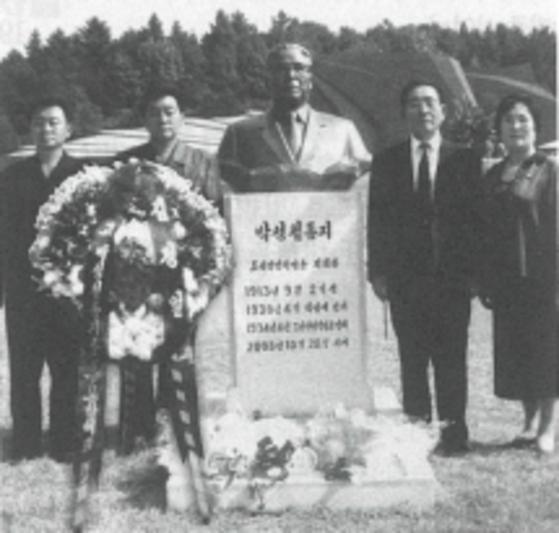 박성철 전 총리의 유가족들이 평양 대성산 혁명열사릉을 방문해 그의 반신상 주위에서 기념 사진을 찍었다. [사진=월간 조국]