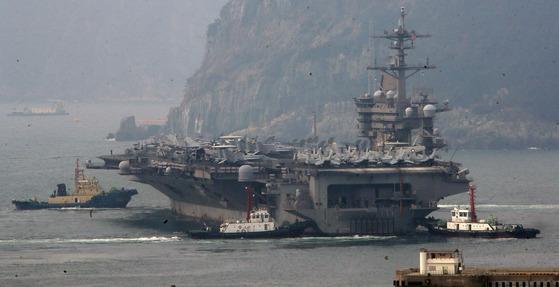 지난달 20일 미국 해군의 핵추진 항공모함 칼빈슨호(CVN 70)가 부산항을 출항하고 있다.