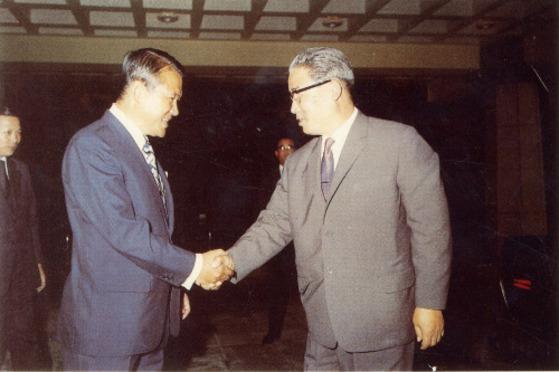 이후락 중앙정보부장이 1972년 5월 29일 서울에 도착한 박성철(사진 오른쪽) 북한 내각 제2부수상과 악수하고 있다. [사진=중앙포토]